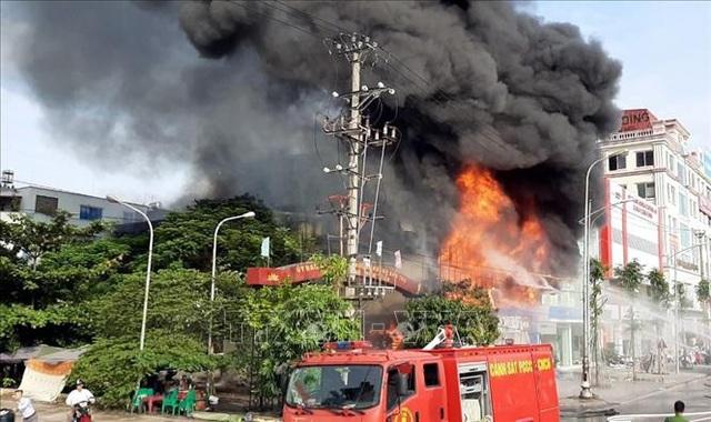 Siêu thị của người Trung Quốc tại thành phố Bắc Giang bốc cháy ngùn ngụt - 1