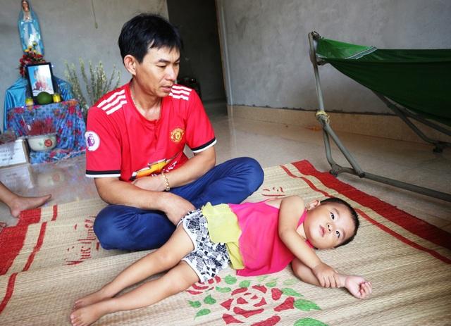 Người cha mắc bệnh tim ôm hai con teo não vật vã trong đói nghèo - 8