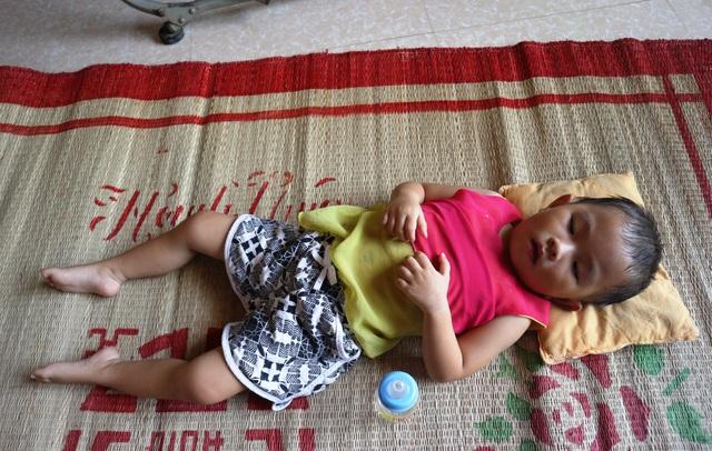 Người cha mắc bệnh tim ôm hai con teo não vật vã trong đói nghèo - 2