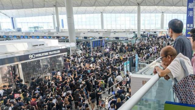 Cơn địa chấn Hong Kong, người dân hoảng loạn gom tiền mặt - 1