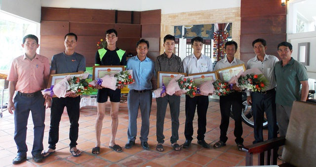 Vụ sóng biển cuốn trôi 11 du khách: Khen thưởng 6 người tham gia cứu hộ - 1