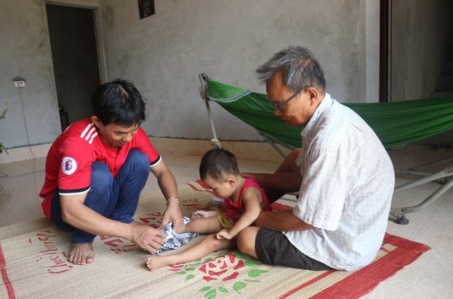 Người cha mắc bệnh tim ôm hai con teo não vật vã trong đói nghèo - 9