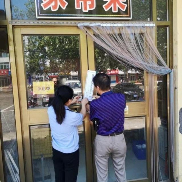 Nhà hàng phải đóng cửa vì bị phát hiện rửa bát trong vũng nước bẩn - 1