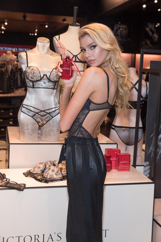 Bạn gái cũ của Kristen Stewart lấp ló ngực đầy - 1