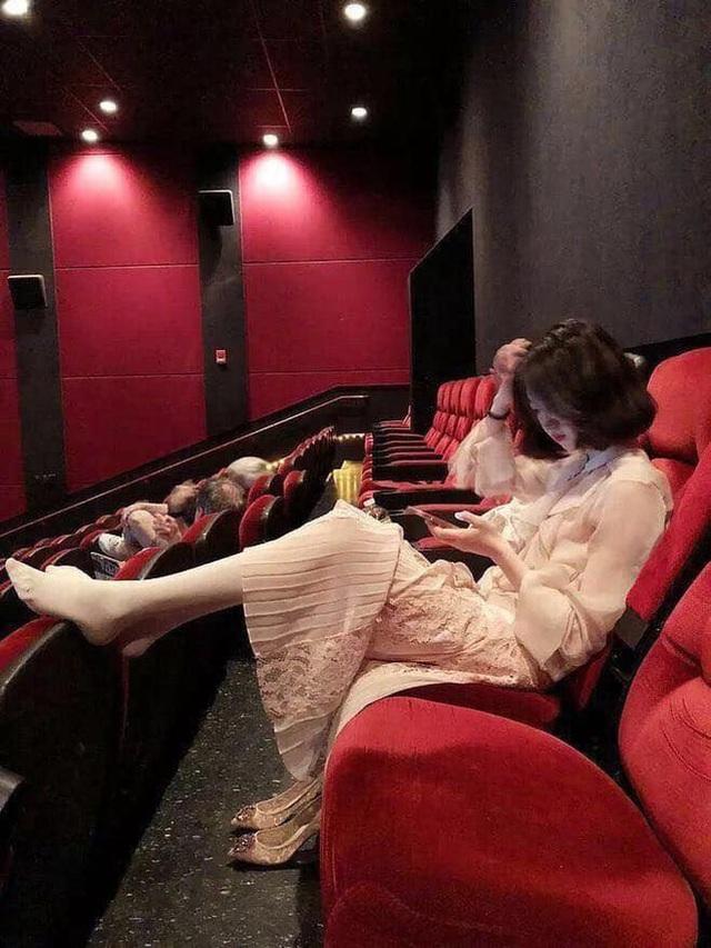 """Vô tư gác chân lên ghế trong rạp phim, gái xinh như hoa nhận đủ """"gạch đá"""" - 2"""