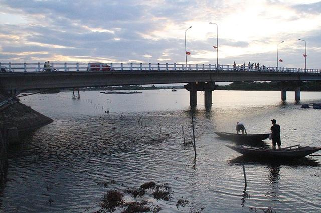 Khiếp đảm chứng kiến những đứa trẻ thi nhau nhảy cầu tắm sông từ độ cao hơn 15m - 8
