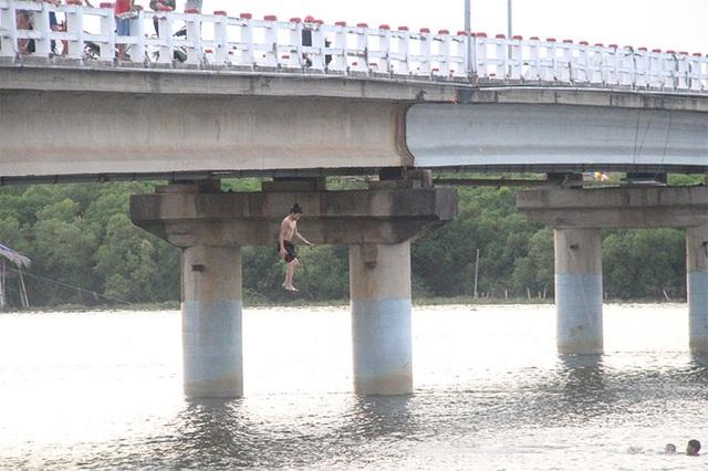 Khiếp đảm chứng kiến những đứa trẻ thi nhau nhảy cầu tắm sông từ độ cao hơn 15m - 2