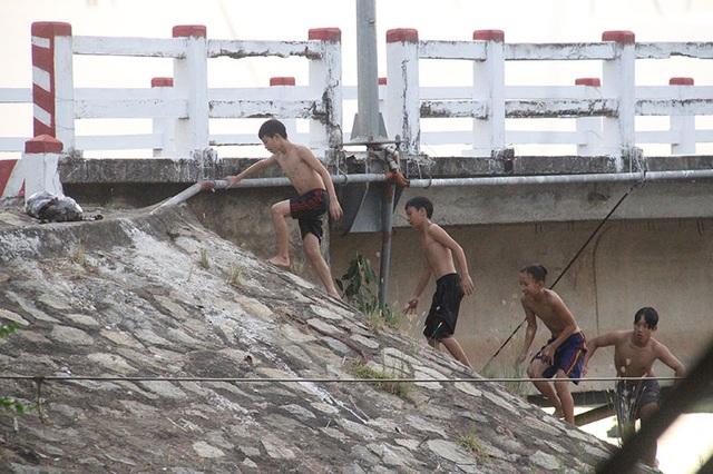Khiếp đảm chứng kiến những đứa trẻ thi nhau nhảy cầu tắm sông từ độ cao hơn 15m - 7