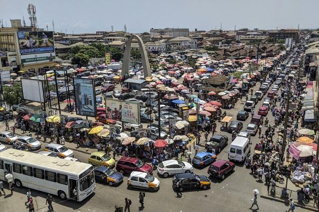 """Người dân Ghana khốn đốn vì 1,6 tỷ đô la tiền tiết kiệm """"không biết bao giờ mới được trả"""" - 1"""
