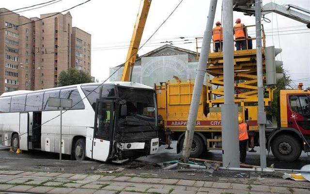 Xe du lịch đâm trúng cột đèn, 29 du khách Trung Quốc bị thương  - 1