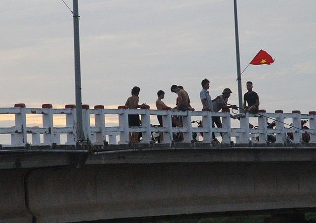 Khiếp đảm chứng kiến những đứa trẻ thi nhau nhảy cầu tắm sông từ độ cao hơn 15m - 1