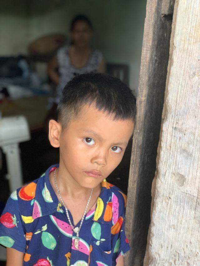 Cậu bé mồ côi cùng ông bà ngoại sống trong căn nhà sắp sập được bạn đọc giúp đỡ gần 90 triệu đồng - 1