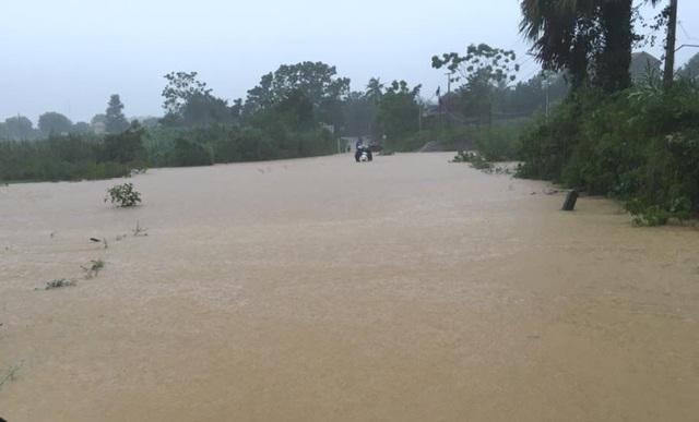 Đập tràn - Hiểm nguy rình rập mùa mưa lũ - 1