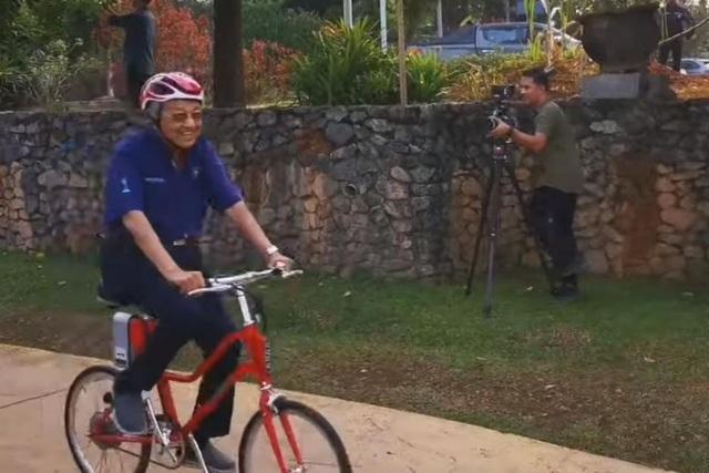"""Thủ tướng Malaysia 94 tuổi gây """"bão"""" mạng vì đạp xe 11 km - 1"""