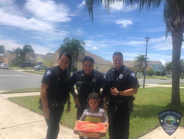 Dân mạng thích thú với câu chuyện về cậu bé gọi điện cho cảnh sát để... đặt bánh pizza và cái kết bất ngờ - 1