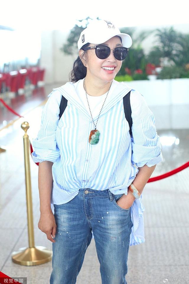 63 tuổi, Lưu Hiểu Khánh trẻ trung từ phong cách thời trang đến dáng vóc - 2