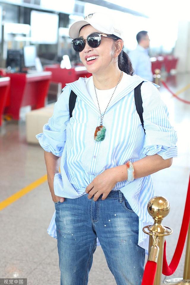 63 tuổi, Lưu Hiểu Khánh trẻ trung từ phong cách thời trang đến dáng vóc - 4