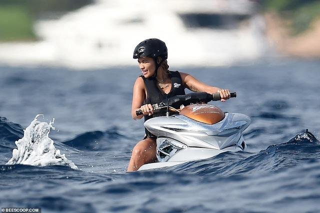 Rita Ora bốc lửa với bikini gợi cảm - 3