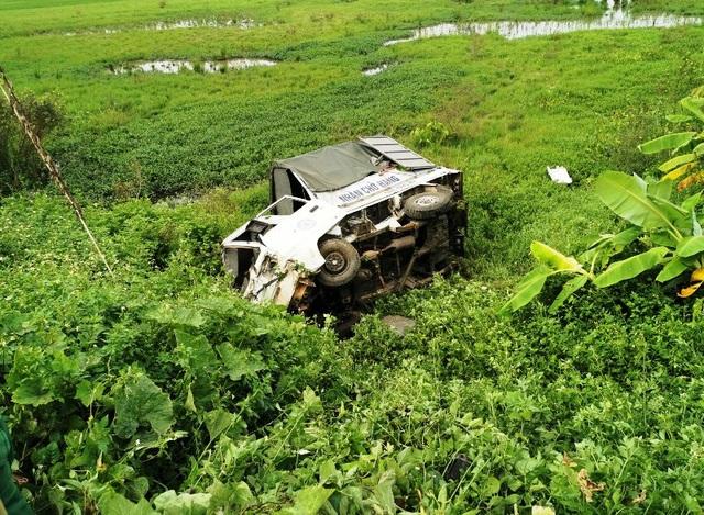 Tàu hỏa húc văng xe tải chết máy nằm giữa đường ray - 1