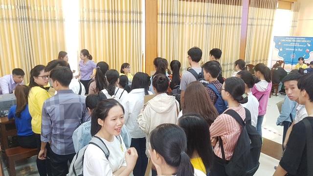 Tất bật đón tiếp hàng ngàn tân sinh viên nhập học - 7