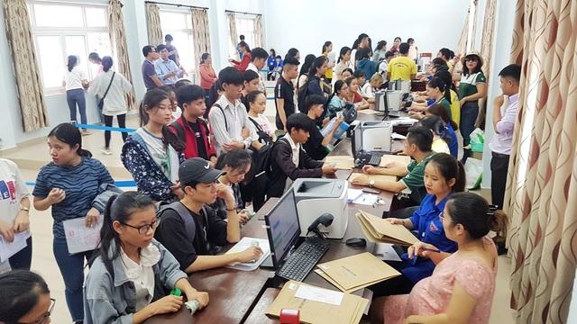 Tất bật đón tiếp hàng ngàn tân sinh viên nhập học - 8