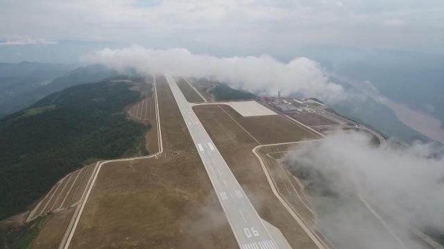 """Trung Quốc mở cửa sân bay """"nằm trên biển mây"""" - 2"""