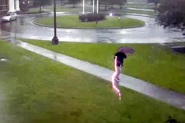 Video giây phút người đàn ông bị sét chớp lòe đánh trúng - 1