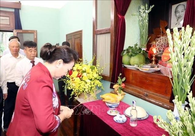 Chủ tịch Quốc hội dâng hương, tưởng niệm Chủ tịch Hồ Chí Minh tại Nhà 67 - 1