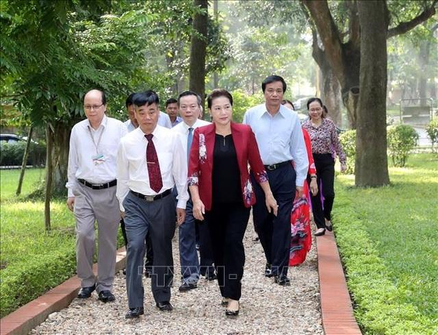 Chủ tịch Quốc hội dâng hương, tưởng niệm Chủ tịch Hồ Chí Minh tại Nhà 67 - 3