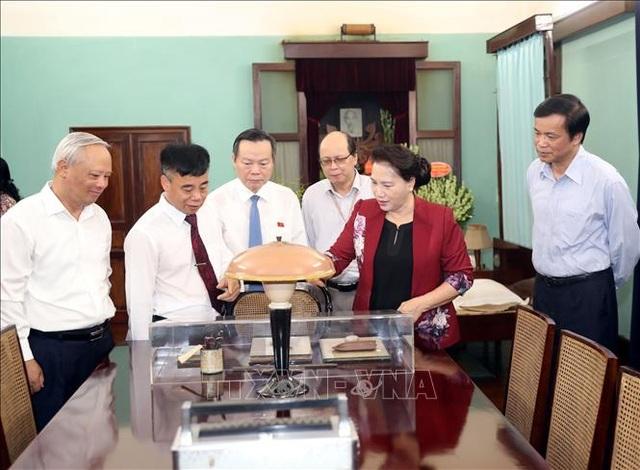 Chủ tịch Quốc hội dâng hương, tưởng niệm Chủ tịch Hồ Chí Minh tại Nhà 67 - 2