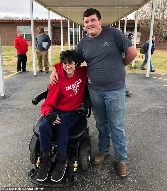 Mỹ: Nam sinh làm thêm suốt 2 năm để mua xe lăn cho bạn - 1