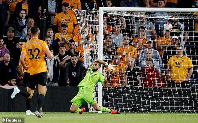 Những khoảnh khắc thất vọng của Man Utd trên sân Wolves - 12