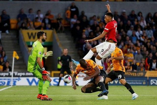 Những khoảnh khắc thất vọng của Man Utd trên sân Wolves - 9