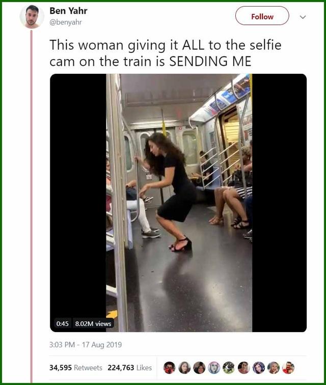 """Người phụ nữ tự tin chụp ảnh """"tự sướng"""" trên tàu điện ngầm đông đúc - 1"""