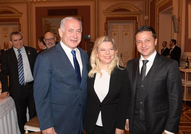 Hành động thả bánh mì gây tranh cãi của phu nhân Thủ tướng Israel khi thăm Ukraine - 1