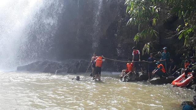Tìm thấy thi thể 3 thanh niên bị cuốn trôi khi tắm thác - 1