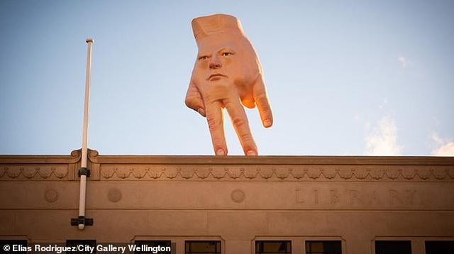 """Buổi sáng thức dậy, người dân ở cạnh triển lãm """"hoảng hồn"""" vì thấy tác phẩm này... - 2"""
