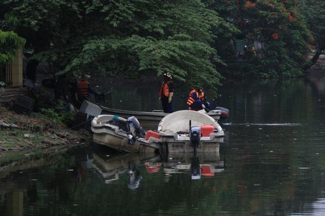 Hà Nội: Cá chết hàng loạt bốc mùi hôi thối trên hồ Trúc Bạch - 4