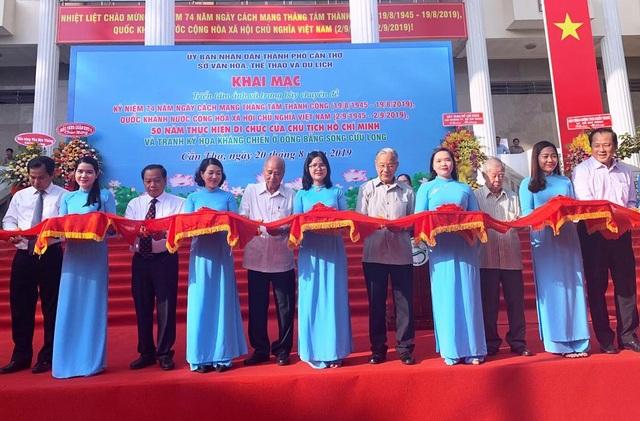 """Cần Thơ: Triển lãm ảnh """"50 năm thực hiện Di chúc của Chủ tịch Hồ Chí Minh"""" - 1"""