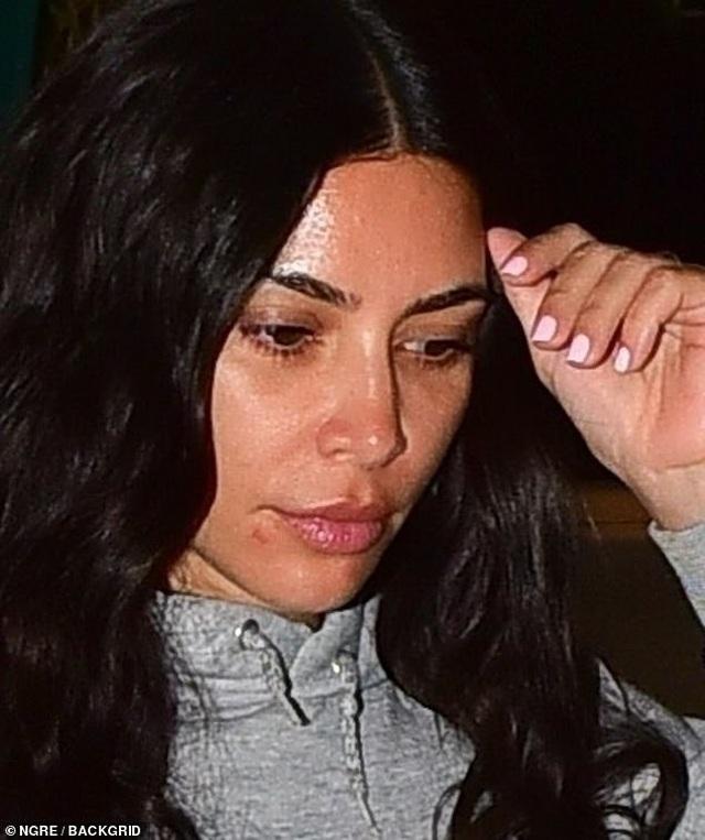 Kim Kardashian bất ngờ để mặt mộc ra phố - 3