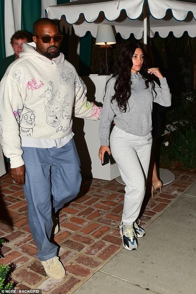 Kim Kardashian bất ngờ để mặt mộc ra phố - 4