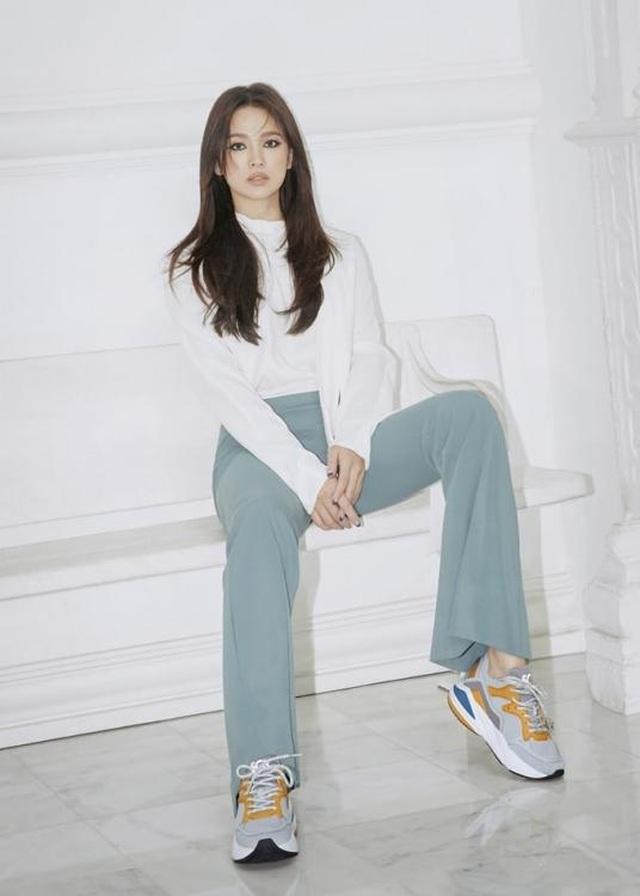 Song Hye Kyo quyến rũ khác lạ với trang điểm mắt mèo - 3