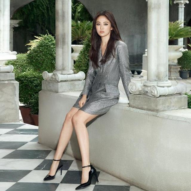 Song Hye Kyo quyến rũ khác lạ với trang điểm mắt mèo - 5