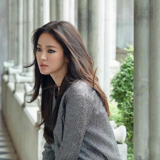 Song Hye Kyo quyến rũ khác lạ với trang điểm mắt mèo - 4