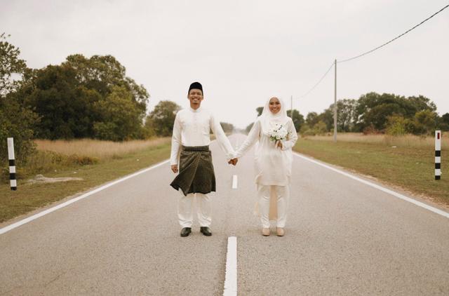 Xe hỏng dọc đường, cặp đôi có ngay bộ ảnh cưới ngẫu hứng được dân mạng tán dương hết lời - 1