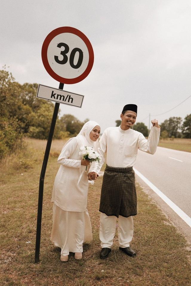 Xe hỏng dọc đường, cặp đôi có ngay bộ ảnh cưới ngẫu hứng được dân mạng tán dương hết lời - 3