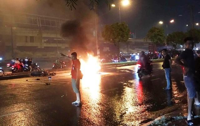 2 xe máy tông nhau, một xe bốc cháy dữ dội - 2