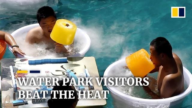Khách Trung Quốc tắm nước đá, ăn kem khổng lồ nặng 5 kg để tránh nóng - 2