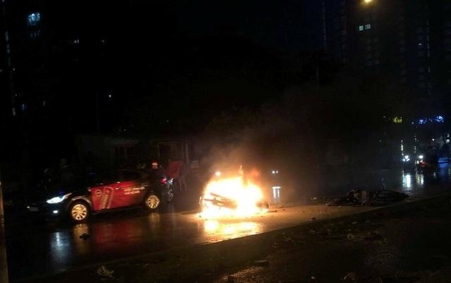 2 xe máy tông nhau, một xe bốc cháy dữ dội - 1