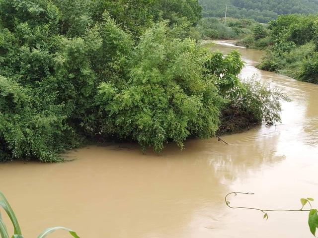 Đi qua đập tràn khi nước lớn, 1 người bị cuốn trôi - 1